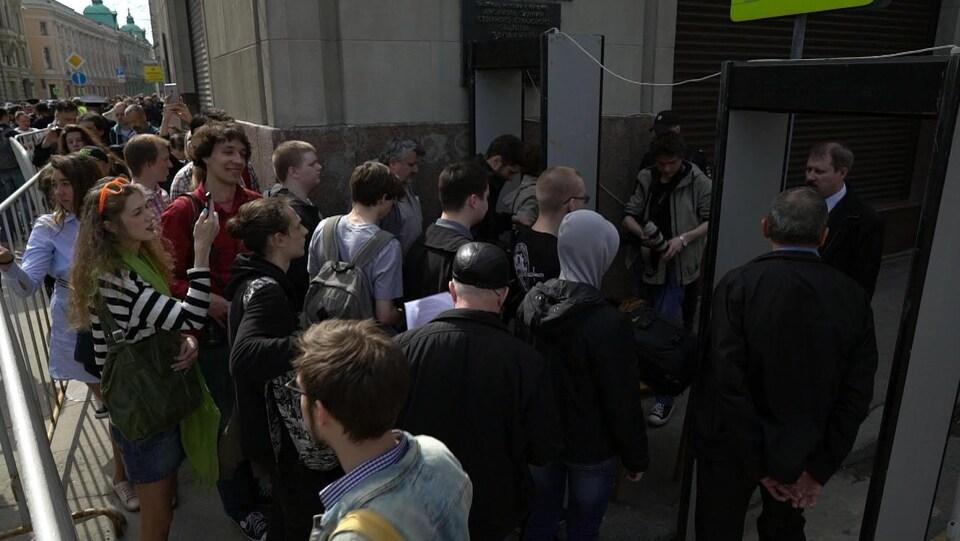 Des manifestants font la file la Moscou devant les bureaux de l'administration présidentielle.