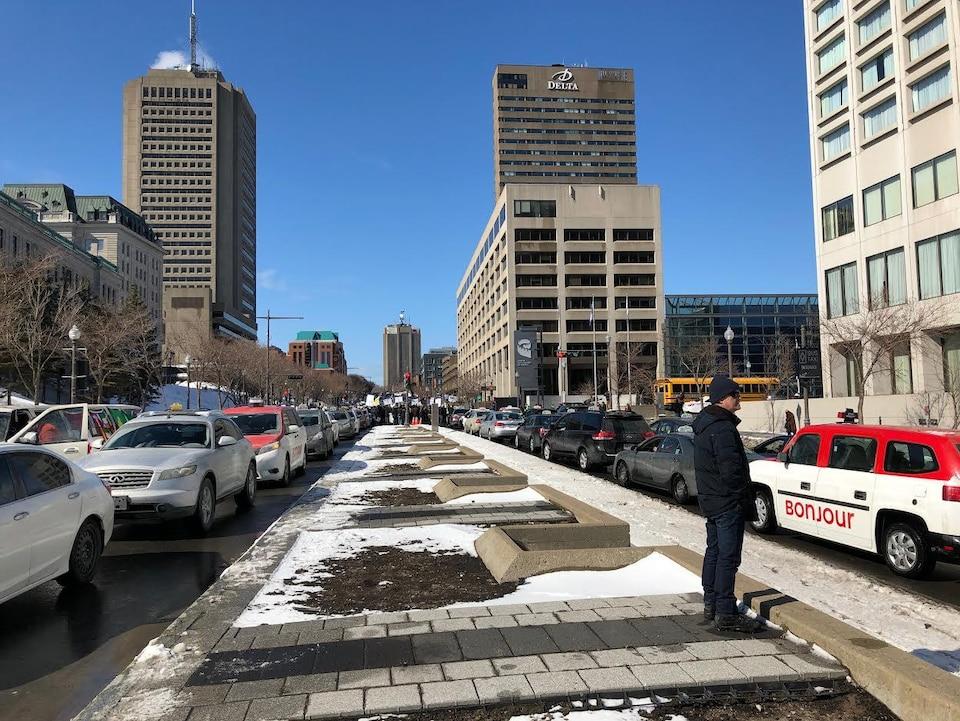 Les véhicules des chauffeurs de taxi bloquent le boulevard René-Lévesque au centre-ville de Québec.