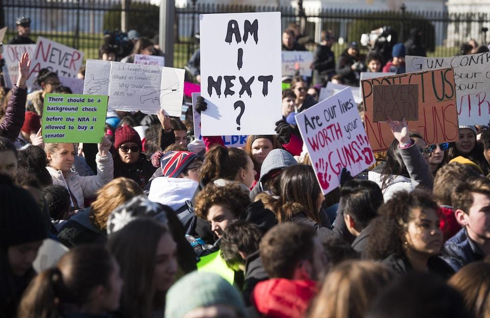 Des milliers de manifestants se sont assis pendant 17 minutes devant la Maison-Blanche en hommage aux 17 victimes de la tuerie de Parkland le 14 mars 2018.