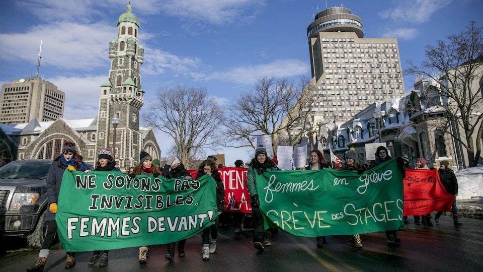 Plusieurs manifestantes demandaient d'être rémunérées lors de leur stage.