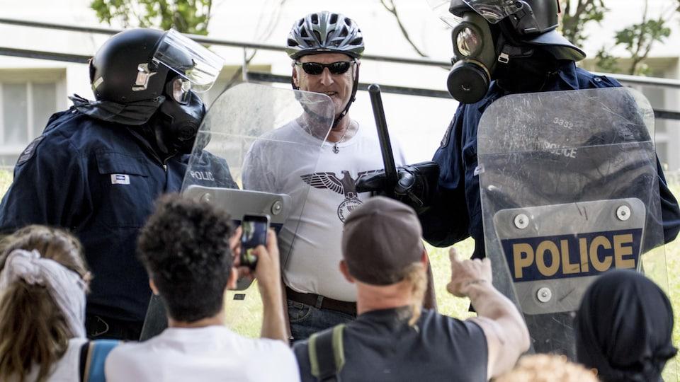 Un militant identitaire nargue les manifestants qui doivent quitter le site.