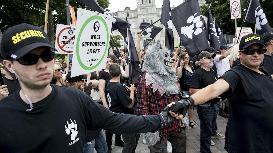Les manifestants de La Meute devant l'Assemblée nationale.