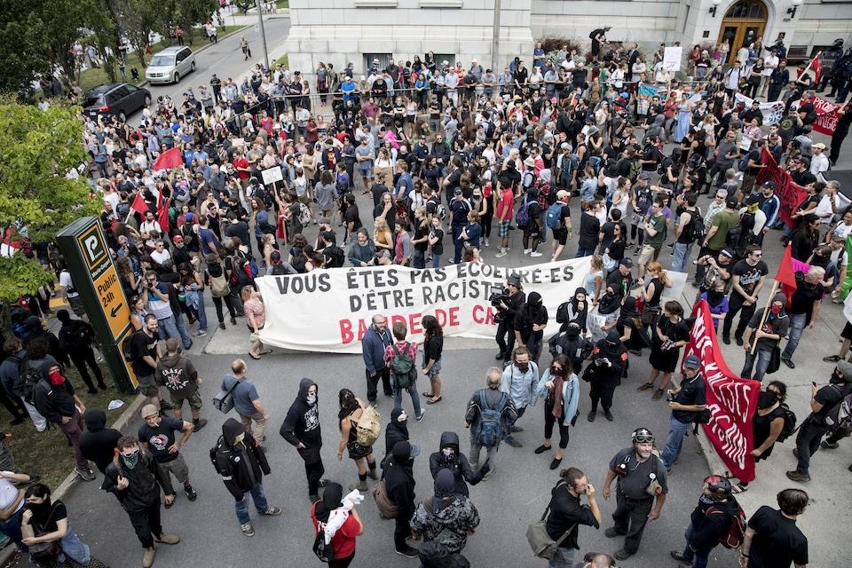 L'ampleur de la foule antifasciste devant l'édifice.