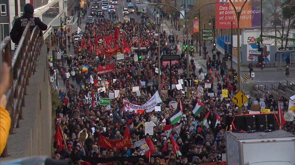 Des milliers de manifestants ont marché dans les rues de Montréal contre la haine et  le racisme.
