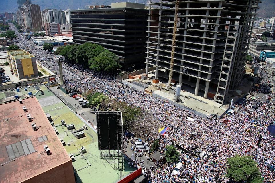 Plusieurs grandes artères du centre-ville bondées de dizaines de milliers de manifestants à Caracas