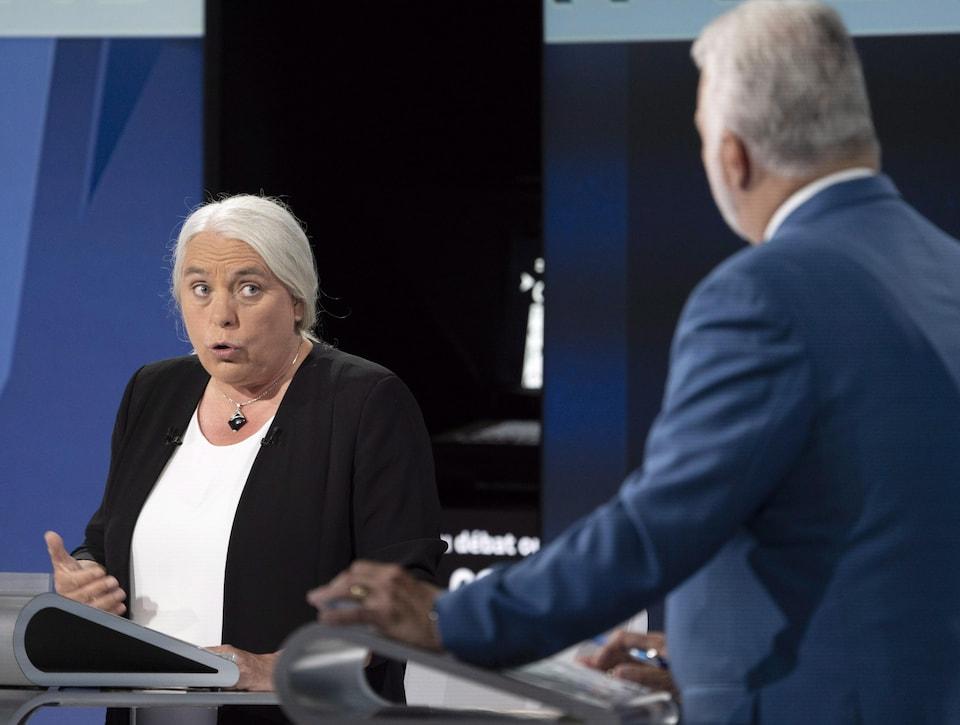 Manon Massé s'adresse à Philippe Couillard sur le plateau du débat des chefs.