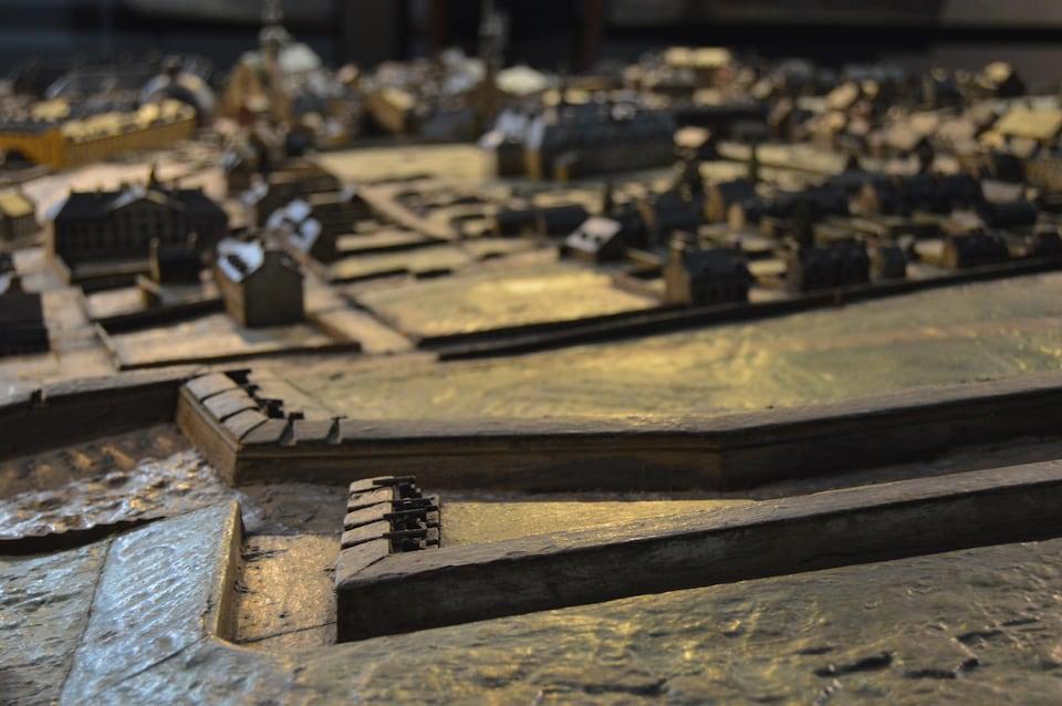 Le plan-relief de Québec représente fidèlement la ville, sa topographie et ses ouvrages défensifs du temps. On peut voir des canons au premier plan.