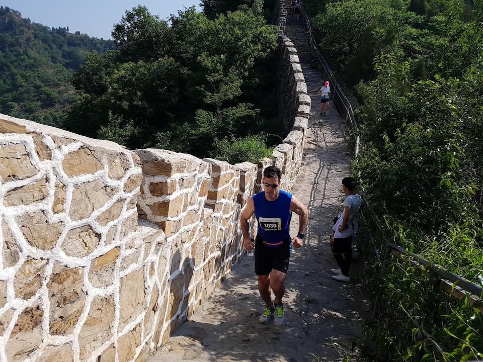 Quelques-uns des premiers coureurs à atteindre les hauteurs du parcours du Marathon de la Grande Muraille de Chine, 20 mai 2017.