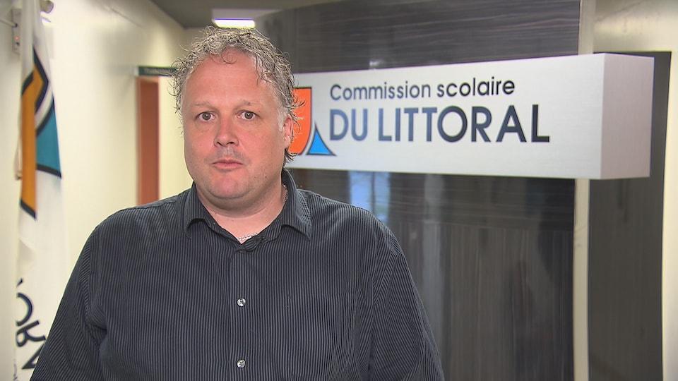 Marc-André Masse est directeur des ressources humaines et secrétaire général à la Commission scolaire du Littoral