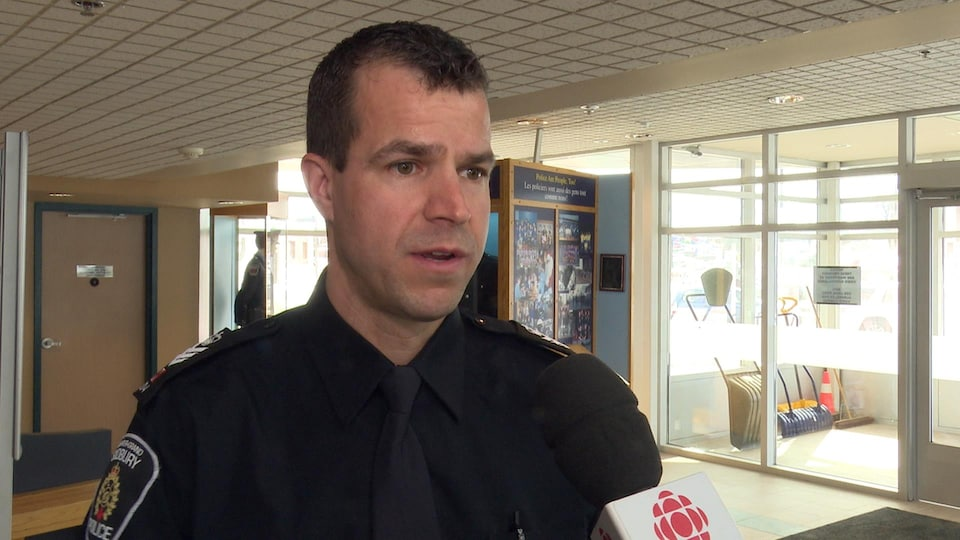 Marc Brunette en entrevue avec Radio-Canada dans le hall du poste de police
