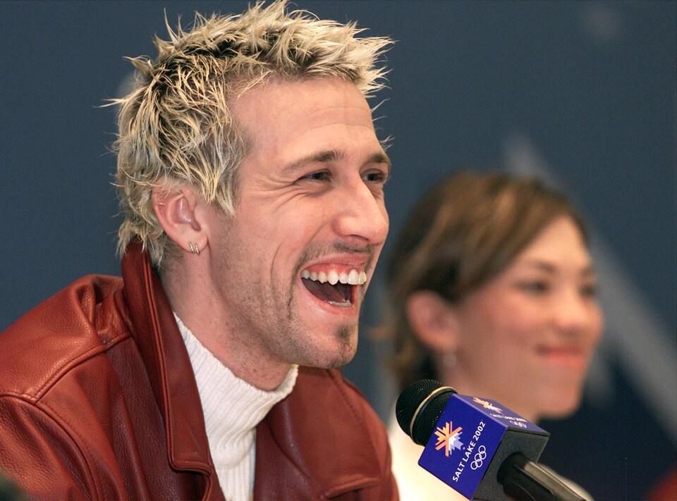 Le patineur Marc Gagnon riant lors d'une conférence de presse pendant les Jeux olympiques de Salt Lake City en 2002