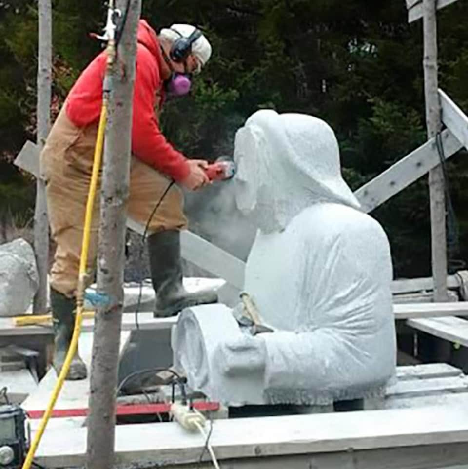 Le sculpteur Marc Graff travaille sur sa sculpture «Coming Home».