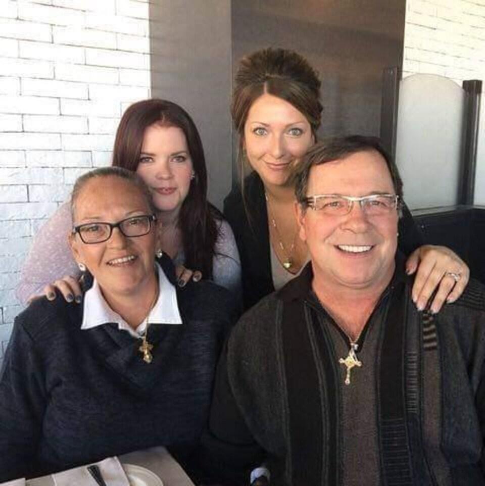 Un homme, ses filles et sa femme.