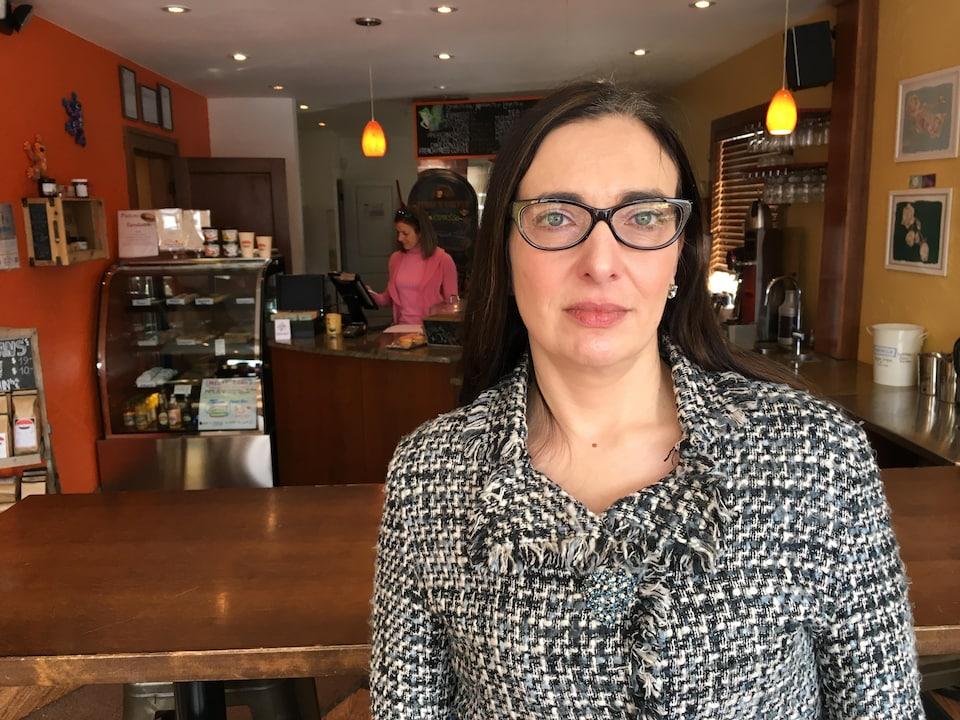 Marcella Munro pose dans un café de Calgary.