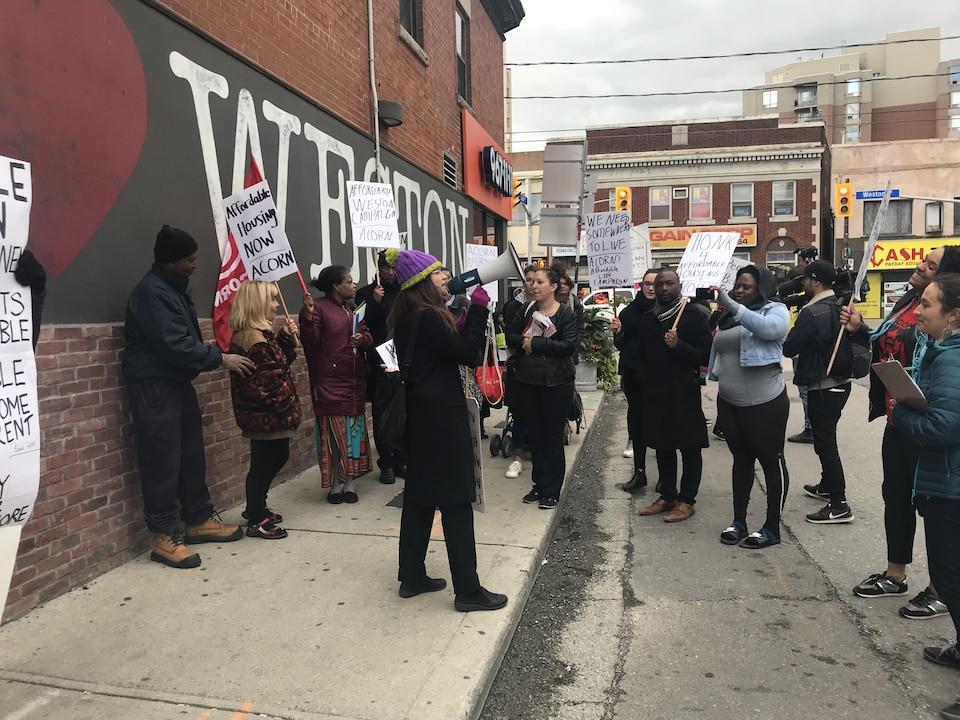 Un groupe de résidents manifestent pour dénoncer la pénurie de logements abordables à Toronto.