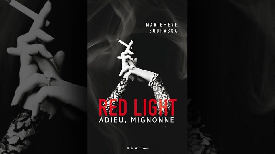 La couverture du livre «Adieu, mignonne» de Marie-Eve Bourassa présente une photo en noir et blanc des avant-bras d'une femme portant des manches de dentelle noire, une montre et une bague à la main gauche, et une cigarette à la main droite avec de la fumée en arrière plan.