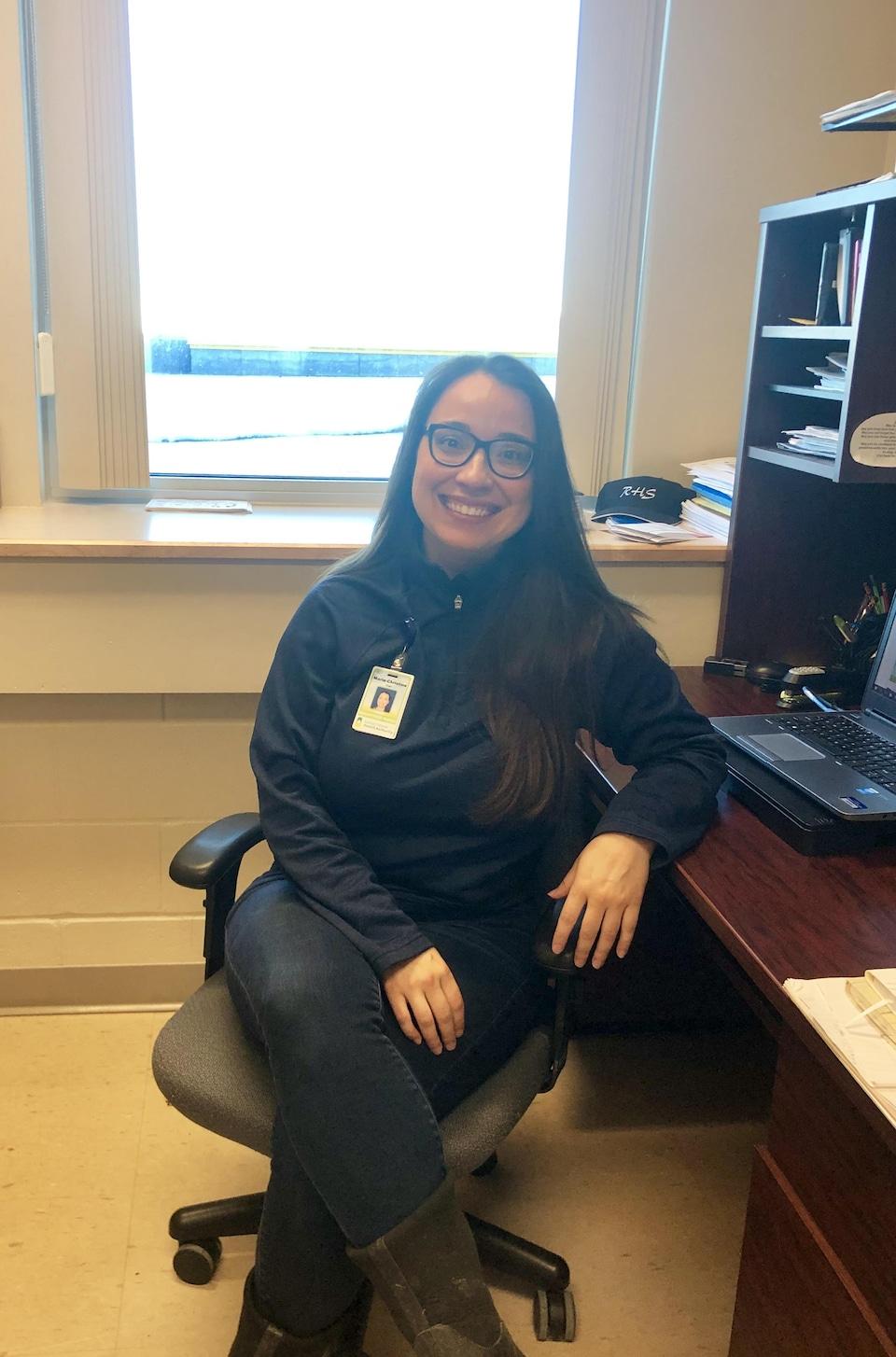 Marie-Christine Roger assise sur sa chaise dans son bureau.