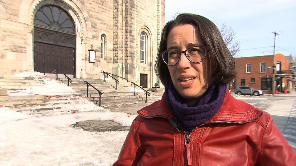 Marie-Ève Maillé en entrevue, en face d'une église de Montréal.