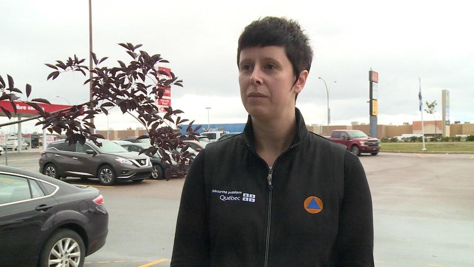 Une femme vêtue d'un survêtement aux couleurs du ministère de la Sécurité publique du Québec.