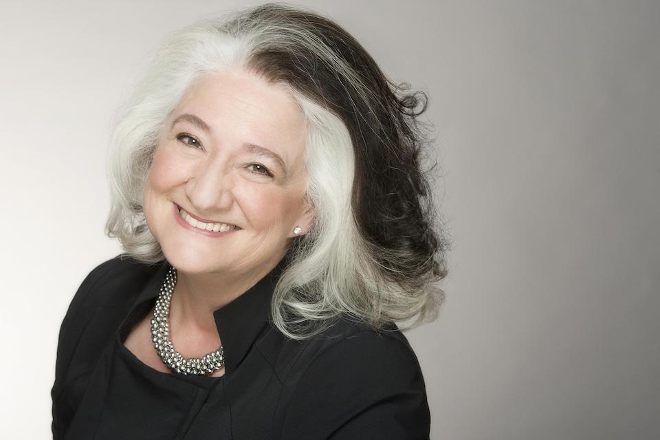 Portrait de l'auteure Marie Laberge en couleurs, sur fond gris pâle