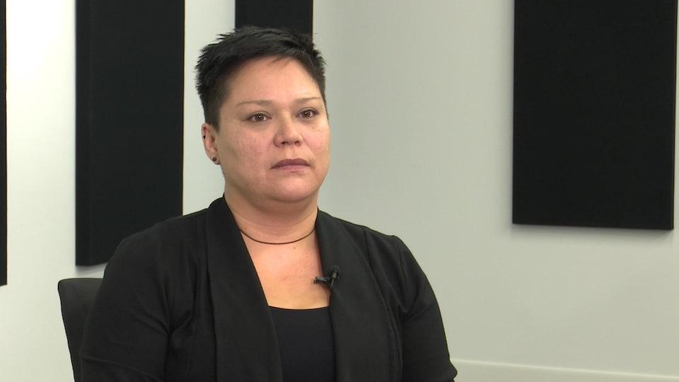 Une femme autochtone répond aux questions d'un journaliste hors-champ.