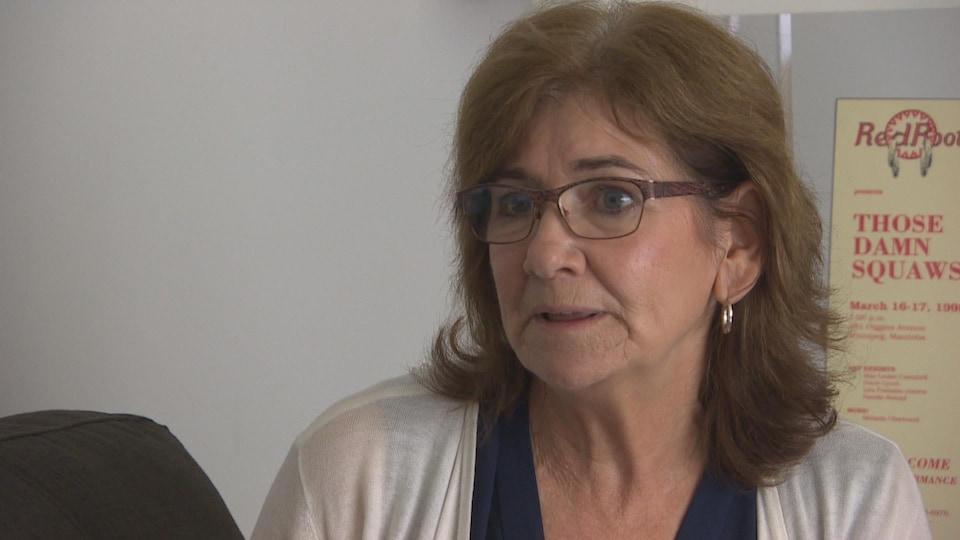 Une dame avec des lunettes s'exprime l'air concerné