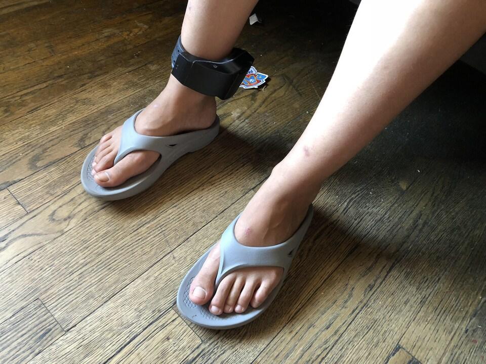 Marisol, bracelet électronique au pied.