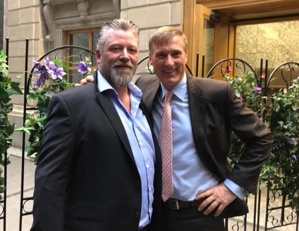 Mark Friesen (à gauche) en compagnie du chef du Parti populaire du Canada Maxime Bernier (à droite).