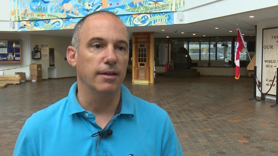 Le conseiller en entrevue à l'hôtel de ville de Sudbury.
