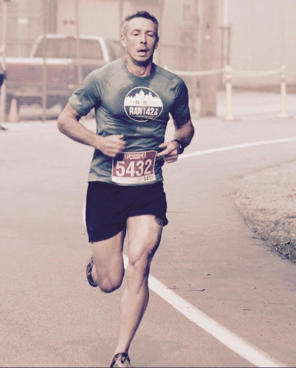 Un homme en vêtements de course en train de courir le long d'un parcours