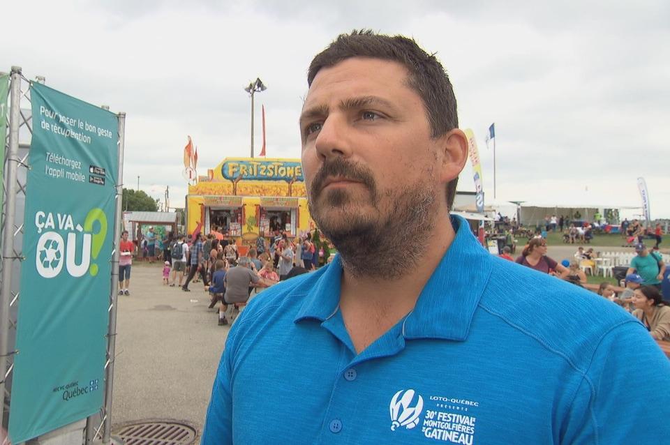 Le directeur de production du Festival de montgolfières de Gatineau, Martin Ouellette, en entrevue dehors à la caméra de Radio-Canada.