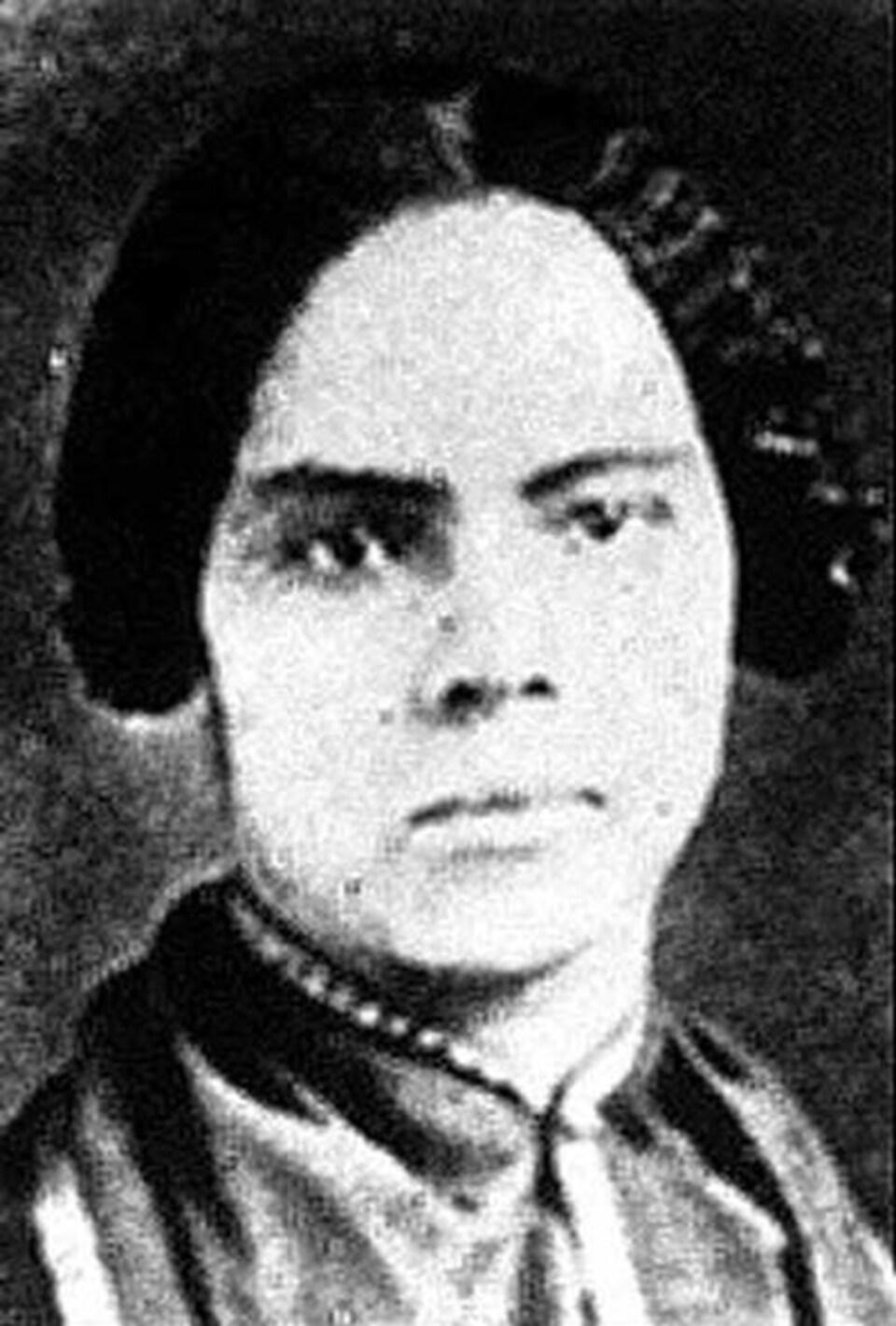 Une photo, très vieille, d'une femme noire