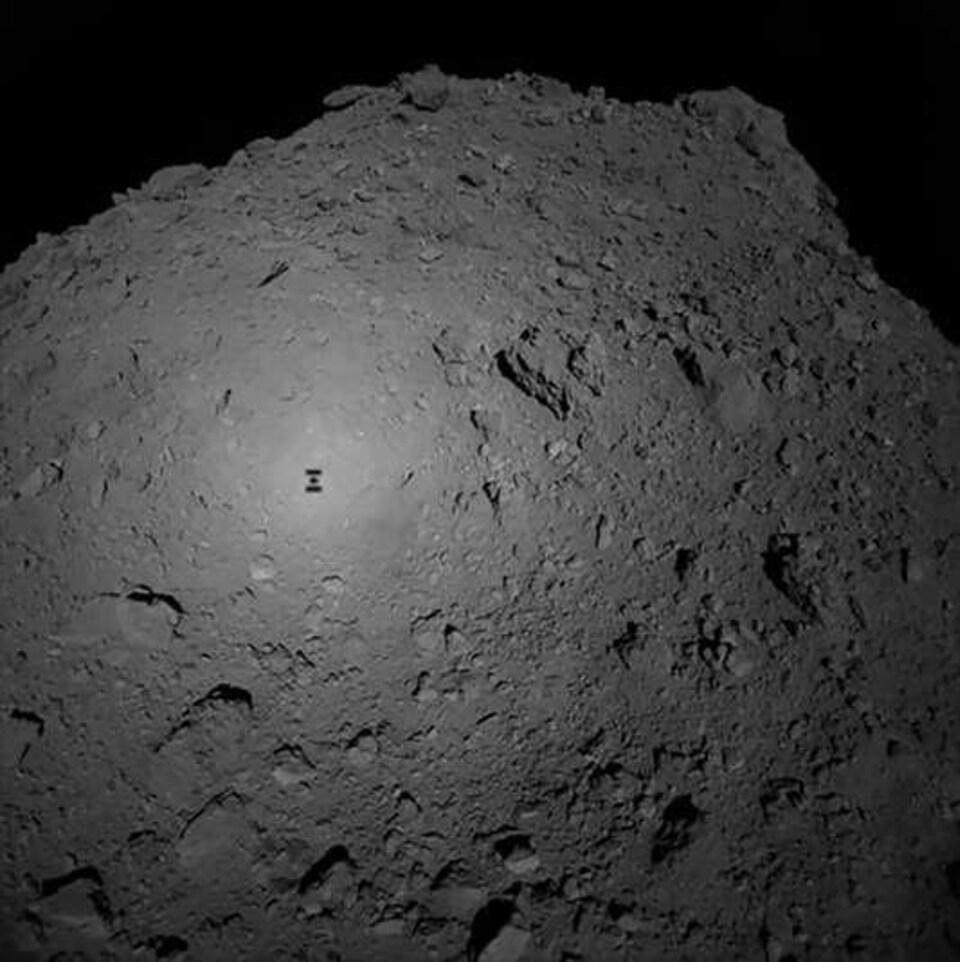 Photographie prise depuis la sonde Hayabusa 2, le 3 octobre, au moment du largage du robot MASCOT sur l'astéroïde Ryugu.