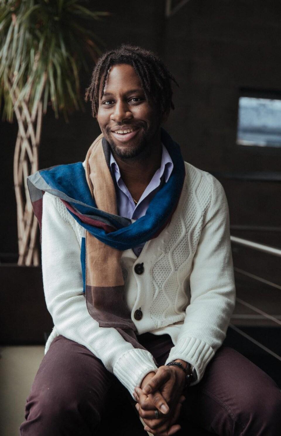 Laurent Lafontant, coordonnateur du festival Massimadi, sourit à la caméra.