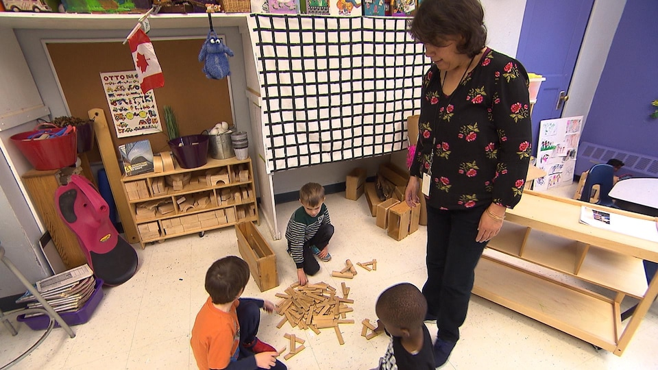 Des enfants jouent avec des blocs.