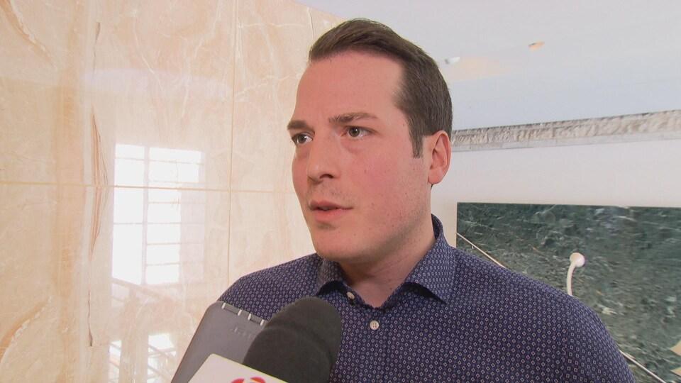 Le conseiller municipal de Rideau-Vanier, Mathieu Fleury, en entrevue à Radio-Canada.