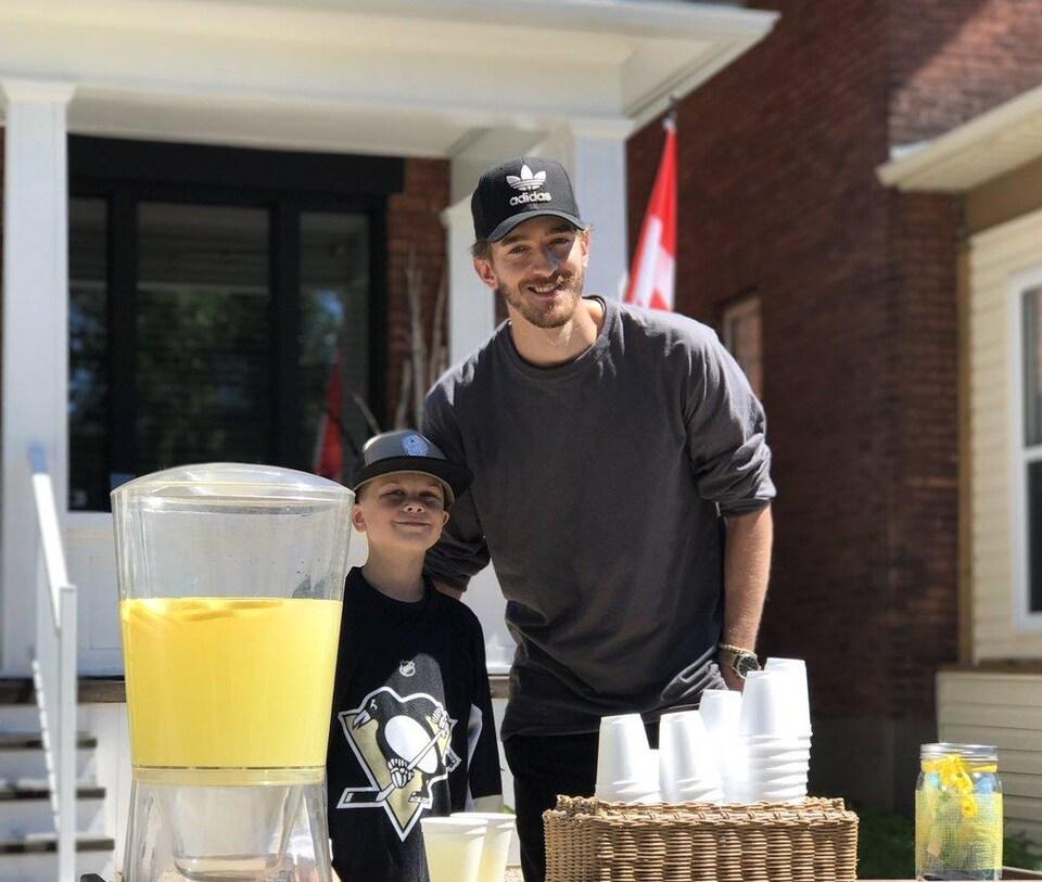 Matt Murray visite un jeune garçon à un comptoir à limonade à Thunder Bay.