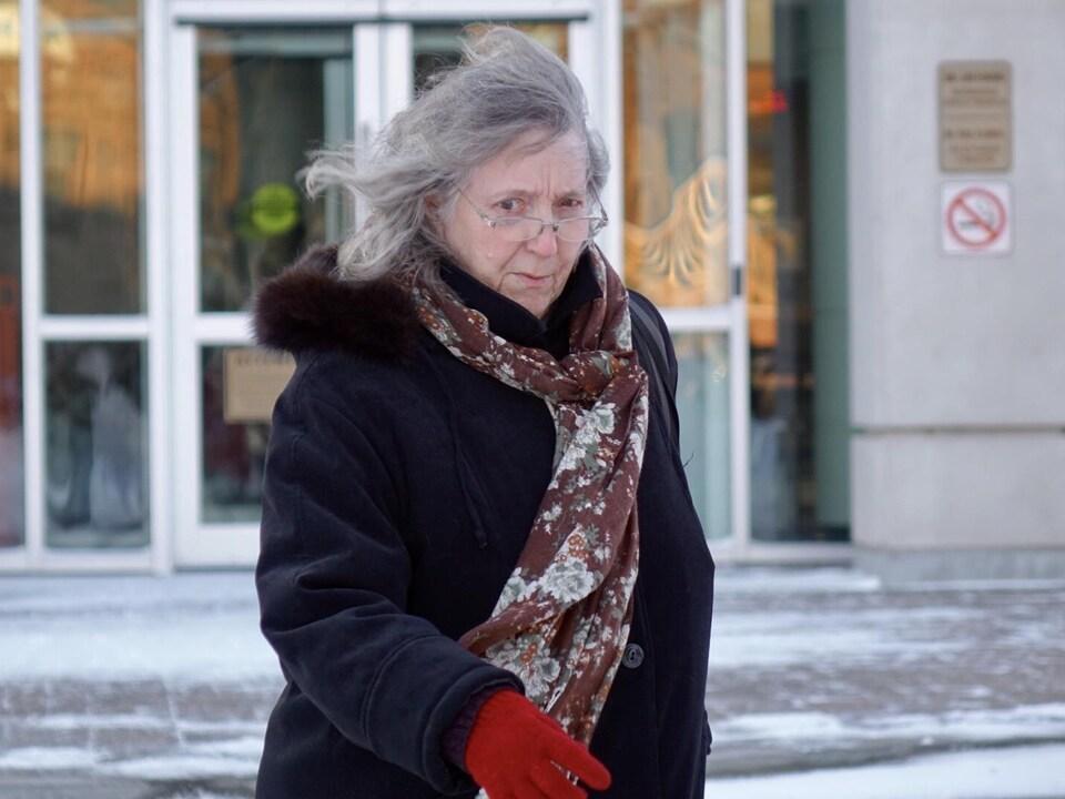 Maureen Adamson à la sortie du palais de justice de Saint-Jean, au Nouveau-Brunswick.