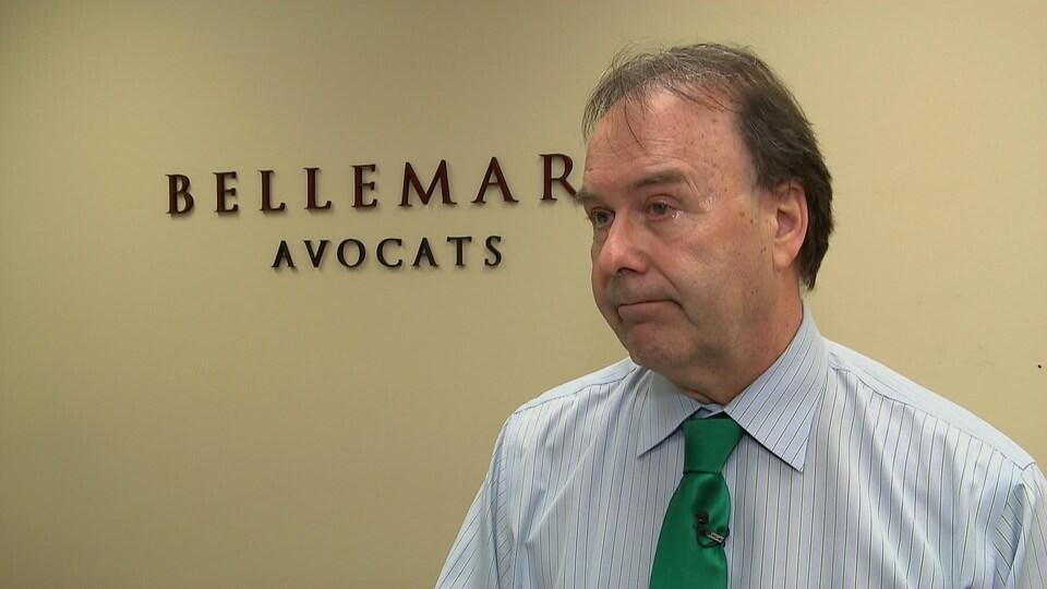 Marc Bellemare accorde une entrevue à la journaliste de Radio-Canada Camille Simard dans les bureaux de Bellemare avocats, sur la rue du Marais, à Québec.