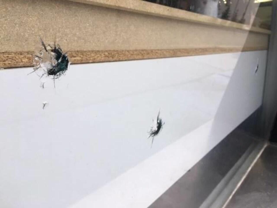 Des éclats de projectiles dans la vitrine du Damascus Cafe and Bakery.