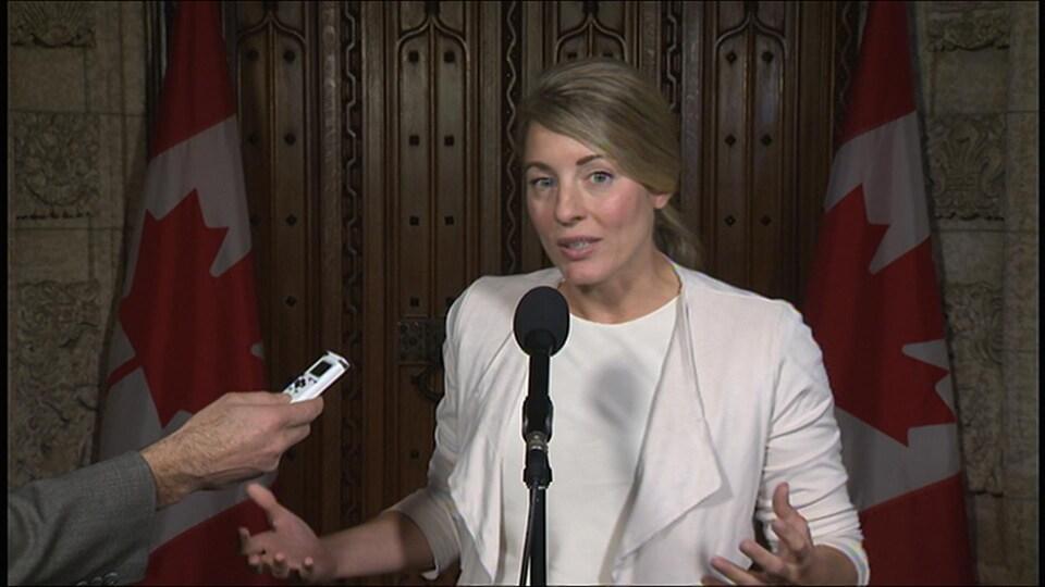 Mélanie Joly, lors d'un point de presse dans le foyer du Parlement.