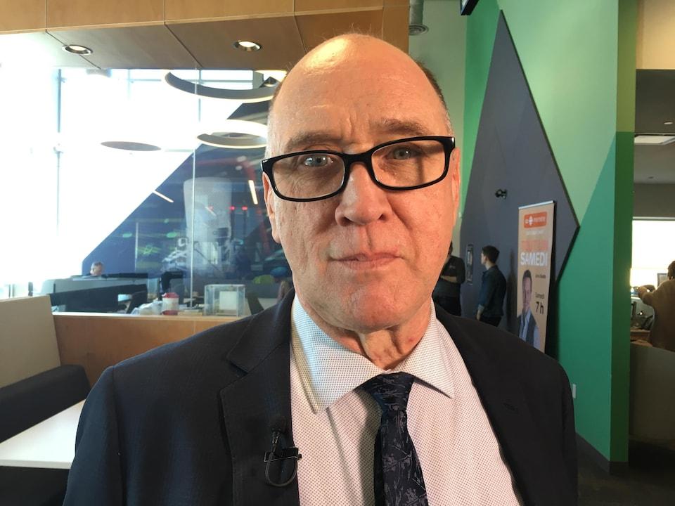 Robert Melanson en entrevue dans les studios de Radio-Canada