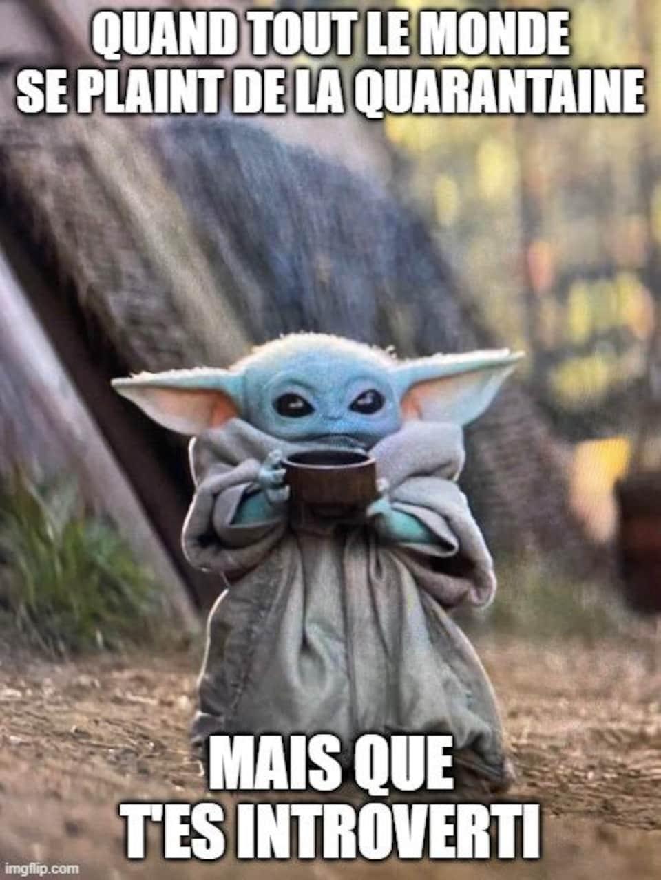Image de Baby Yoda habillé chaudement et qui tient une tasse dans ses mains avec la mention «Quand tout le monde se plaint de la quarantaine, mais que t'es introverti».