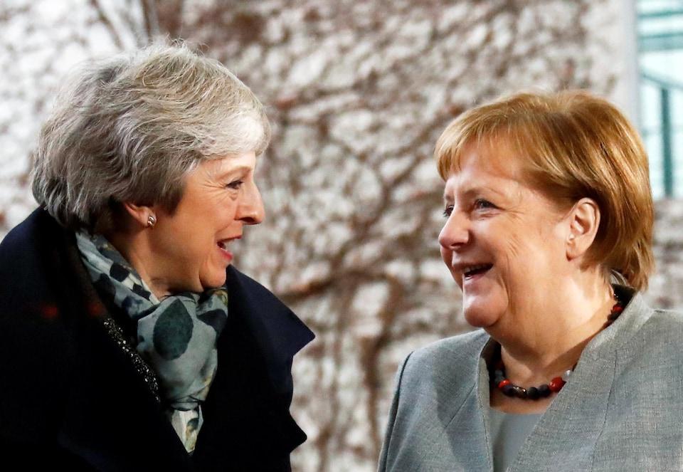 Les deux femme discutent en souriant.