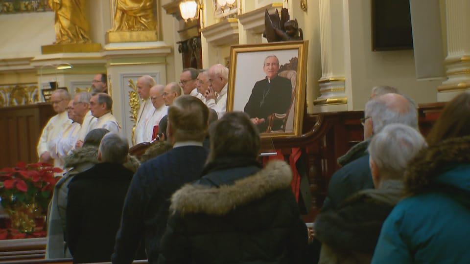 Une messe célébrée en l'honneur de Mgr Maurice Couture, décédé vendredi. Des dizaines de fidèles sur place.