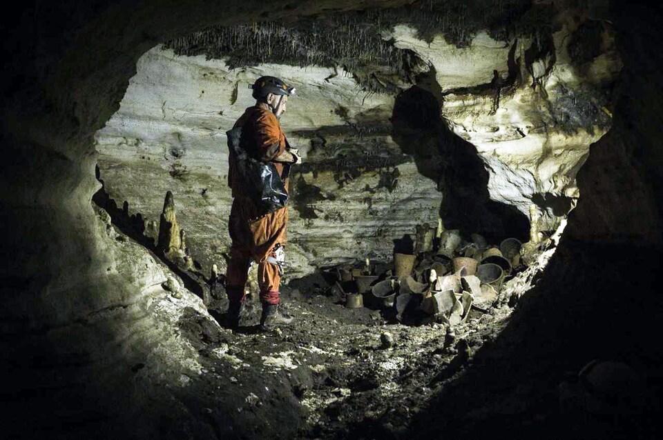 Il est dans la grotte.