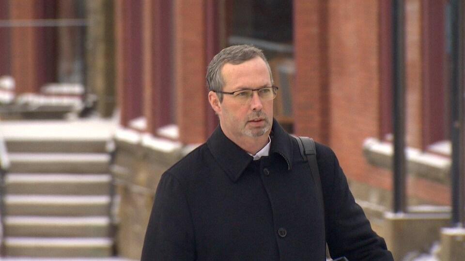 L'avocat de la défense, Michael Lacy, mène le contre-interrogatoire du sergent Mark Smith, lors du procès de Dennis Oland pour le meurtre de son père.