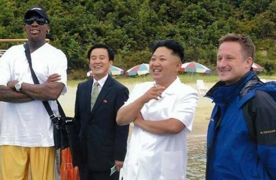 Michael Spavor est photographié en compagnie du leader nord-coréen Kim Jong-un et de l'ancien joueur de basketball de la NBA Dennis Rodman.
