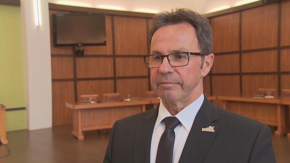 Michel Angers dans la salle du conseil municipal, le 9 avril 2019.