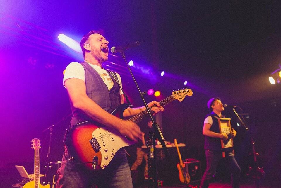 Le chanteur du groupe franco-ontarien Swing, Michel Bénac, en prestation.